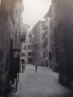 """""""Vespasiano in bella mostra"""" - Vicolo del Granarolo http://www.bresciavintage.it/brescia-antica/documenti-storici/vespasiano-bella-mostra-vicolo-del-granarolo/"""