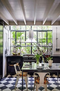 If you're looking for contemporary kitchen-diner ideas, get inspired by these images of our favorite looks. You can go for the industrial vibe or classic Kitchen Interior, New Kitchen, Kitchen Paint, Kitchen Cabinets, Front Rooms, Interior Decorating, Interior Design, Guest Bedrooms, Elle Decor