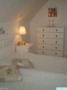 överkast,sängbord,sänggavel,tavla,sänglampa