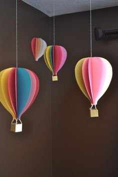 hanging balloons, hot air balloon decoration, handicrafts with paper, brown walls, wooden cubes basteln basteln deko basteln frühling basteln kinder Balloon Crafts, Balloon Decorations, Balloon Ideas, Balloon Party, Balloon Balloon, Classroom Ceiling Decorations, Farewell Party Decorations, Dr Seuss Decorations, Origami Balloon