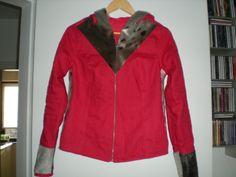 En eød jakke med sælskind