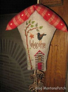 Welcome Knocker de Bent Creek Bent Creek, Lizzie Kate, Christmas Stockings, Christmas Ornaments, Cross Stitch Finishing, Fabric Houses, Vintage Embroidery, Birdhouses, Cross Stitching