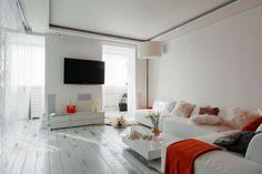 Piros kiegészítők, fehér tölgy padló, dekoratív üvegfalak - modern 65nm-es lakás