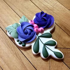 Practice 💜#justdarlicious #floralcookie #flowercookie #weddingcookies #Cookies #CookieArtist #CookieDecorating #SugarCookie #RoyalIcing… Mother's Day Cookies, Crazy Cookies, Summer Cookies, Spice Cookies, Fancy Cookies, Cute Cookies, Easter Cookies, Birthday Cookies, Cupcake Cookies