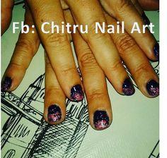 Nail Art azul noche con brillitos confetti de colores en las puntas
