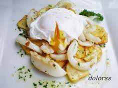 Blog de cuina de la dolorss: Sepia salteada sobre lecho de patatas y huevo poché