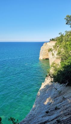 best hikes in pictured rocks. michigan hiking trails. things to do in michigan. upper peninsula, up north. midwest road trip. lake superior. national park vacation. pictured rocks national lakeshore. great lakes vacation. adventure vacation ideas. summer road trip. usa travel destinations. united states. america. Michigan Vacations, Michigan Travel, Vacation Trips, Vacation Spots, Vacation Ideas, Pictured Rocks National Lakeshore, Indiana Dunes, Picture Rocks, States America
