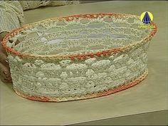 Vida com Arte   Cesta Oval em Crochê Endurecido por Carmem Freire - 22 d... Crochet Bowl, Crochet Art, Crochet Granny, Crochet Patterns, Knitting Videos, Crochet Videos, Red Bags, Tissue Box Covers, Knitted Bags