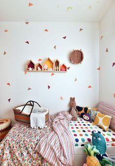 Decoração de quarto de bebê, quarto de menina, quarto infantil, detalhes coloridos, luz natural, berço oval, cama, adornos.