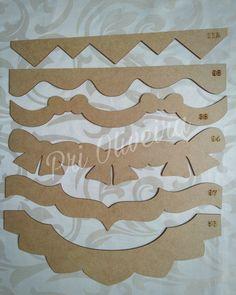 Kit com 6 réguas    Reguas em mdf com varios modelos usadas para barradinho de pano de copa, em patch aplique e pintura em tecido, pode ser usada em outras peças, como tapete emborrachado, toalha de banho, entre outros, é só riscar contornando o molde e pintar ou costurar    As reguas sao cortada... Paper Cutting Patterns, Stencil Patterns, Fabric Origami, Quilting Rulers, Quilt Border, Diy Kitchen Decor, School Decorations, Embroidery Needles, Quilted Table Runners