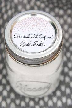 How to Make Bath Salts with essential oils (and FREE printable gift tags!) PINNING THIS for a homemade Mother's Day gift idea!