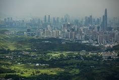 Una vista general de East Nuevos Territorios del Norte frente al horizonte de Shenzhen tomado del pueblo Ping Che el 11 de julio de 2013 en Hong Kong , China