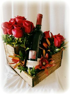 Flores para El! Wine & flower Creative Flower Arrangements, Beautiful Flower Arrangements, Wine Bottle Centerpieces, Christmas Centerpieces, Edible Bouquets, Gift Wraping, French Flowers, Flower Food, Valentines Day Decorations