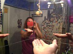 fotografia sin rostro,  1ª actividad de la cuarta semana. He elegido un selfie reflejado doblemente en espejo, por lo que la imagen resultante tal cual me ven los de más, aunque he tapado el rostro con el propio movil, como símbolo  de la ocultaciín de la identidad por las tecnologías.  Al introducir la mano se ven los tres reflejos de esta, simbolizan las 4 direcciones o dimensiones hacia donde van las miradas.