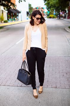 Look Jogging + Animal Print Black Joggers Outfit, Jogger Outfit, Blazer Outfits Casual, Black Jogger Pants, Cute Outfits, Work Outfits, How To Wear Joggers, How To Wear Blazers, Work Fashion