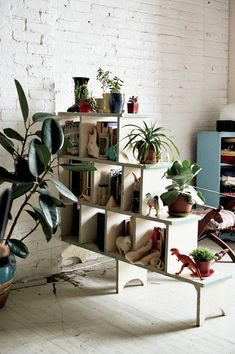 smart way to create a room divider and chic shelf unit for a retro or country rustic  design interiors by recycling benches or stools books, un coin de verdure chez soi