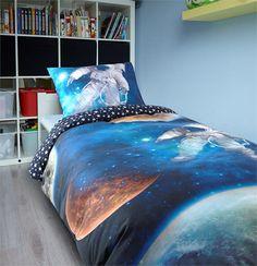 Hoe gaaf is het als je dit dekbedovertrek in je stoere kamer hebt liggen? De ruimte.. Een wereld waar je over kunt fantaseren. Je kunt urenlang dromen over alles wat je zou kunnen meemaken in de ruimte.
