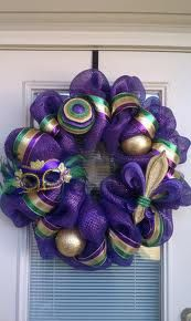 This Mardi Gras wreath is made of purple mesh deco along with purple, green and gold striped ribbon. Also on this wreath is a glittered Fleur de lis, feathered and sequined Mardi Gras mask, and glittered ornaments. Mardi Gras Wreath, Mardi Gras Decorations, Mardi Gras Party, Wreath Crafts, Diy Wreath, Wreath Ideas, Holiday Wreaths, Holiday Crafts, Purple Christmas