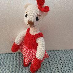 Bílá medvědice v červených šatičkách Crochet Dolls, Dinosaur Stuffed Animal, Teddy Bear, Toys, Animals, Activity Toys, Animales, Animaux, Toy