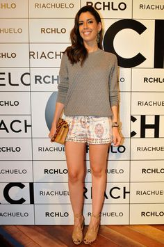 Shorts curtíssimo e sandálias cor da pele = pernas longas.  Blusa de linha e carteira de mão. Elegante!