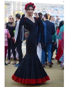 Traje de flamenca negro con volante canastero al suelo rojo @chictoochic @virginiarod92 @bertoganfornina