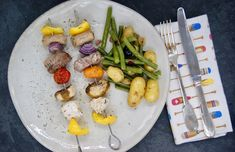 Brochette royale et salade de pommes de terre aux haricots Asparagus, Vegetables, Food, White Wine Vinegar, Green Bean, Dried Tomatoes, Herbes De Provence, Mushroom, Meal