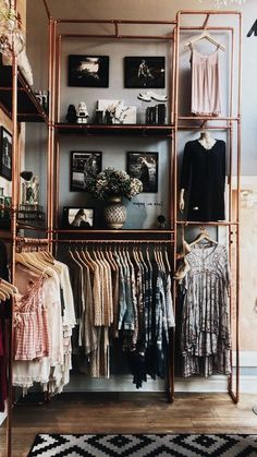 Garderobe selber bauen – Ideen und Anleitungen für jeder, der Lust dazu hat Idea for an open wardrobe. Perfectly stage clothes with clothes rails made of copper pipes. Great clothes rod to hang up the clothes that makes something visually.