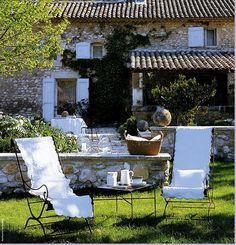 Beautiful lawn, stone wall, tables and seating via: DESDE MY VENTANA: WEEKEND