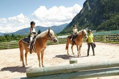 Die 7 besten Familienhotels in Österreich | Dad's Life Outdoor, Horses, Animals, Hotels For Kids, Petting Zoo, Childcare, Family Activity Holidays, Outdoors, Animaux