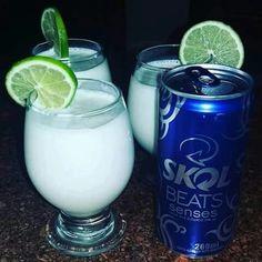 FROZEN CONGELANTE  2 latas de Skol beats senses 1 caixa de leite condensado  1 um limão  BATE NO LIQUIDIFICADOR E DECORE COM O LIMÃO E BORA BEBER  .