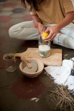 Blog — ED!BLE Wie du ganz einfach Kräutersalz herstellen kannst! Mit Rosmarin und Zitrone. mhhhmmmm.