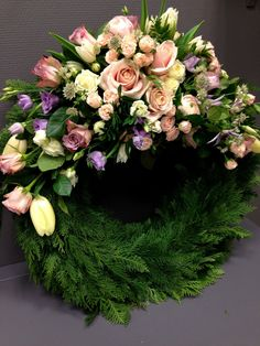 Een mooie bloemenkrans met roze tinten voor op een uitvaart met een romantische thema | kijk voor meer inspiratie voor de uitvaart op www.rememberme.nl #uitvaart #thema #bloemen #flowers #afscheid #flowers #bloemkrans #romantisch #rozen Church Flowers, Funeral Flowers, Raindrops And Roses, Funeral Flower Arrangements, No Rain, Romantic Flowers, Ikebana, Christmas Wreaths, Floral Design