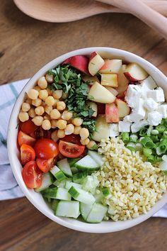 Der perfekte Sommersalat: Bulgur mit Feta, Plattpfirsichen, Koriander und Minze   eatbakelove Tasty, Yummy Food, Salad Dressing, Soul Food, Vegan Vegetarian, Cobb Salad, Recipe Ideas, Feta, Bowls