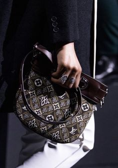 louis vuitton handbags Louis Vuitton at Paris Fashion Week Fall 2020 - Details Runway Photos Fall Handbags, Fashion Handbags, Fashion Bags, Fashion Accessories, Paris Fashion, Fashion Fashion, Vuitton Bag, Louis Vuitton Handbags, Louis Vuitton Monogram