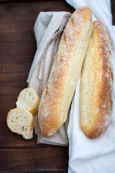 La ricetta per preparare delle meravigliose baguette fatte in casa: croccanti fuori, leggere all'interno e profumate! Ricetta con la poolish (preimpasto)