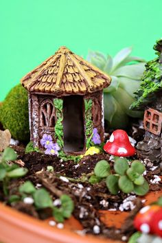 I used dollar store goodies to make a 15 minute dollar store fairy garden pedestal, and you can too! Mini Fairy Garden, Rain Garden, Fairy Garden Houses, Fairy Gardening, Garden Pots, Garden Crafts, Garden Ideas, Garden Projects, Diy Crafts