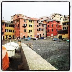 Cade la pioggia ma che fa..... Boccadasse é bellissima anche cosí. Turismoliguria c'é. Con Stile Artigiano per promuovere fashion made in Liguria e location turistiche della #Liguria
