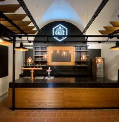 Arquitectura gastronómica en Microcentro – Cervecería Cáliz – Estudio BG+A | Espacio Tradem Carne, Beer, Ceiling Lights, Lighting, Home Decor, Brewery Design, Stained Glass Designs, Commercial Architecture, Ale
