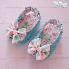 44 ideas for baby diy shoes girl dolls Doll Shoe Patterns, Baby Shoes Pattern, Baby Dress Patterns, Cute Baby Shoes, Baby Girl Shoes, Girls Shoes, Baby Dirndl, Baby Shoes Tutorial, Baby Sewing