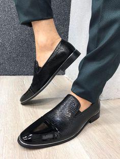 Ferrar Two Tone Grid Loafer – brabion Black Leather Shoes, Black Shoes, Shoe Size Chart, Dapper, Fashion Suits, Mens Fashion, Loafers Men, Oxford Shoes, Dress Shoes