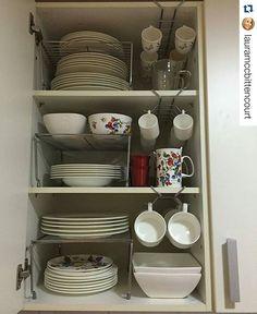 #Repost @lauramccbittencourt with @repostapp ・・・ Organizando! ✅ Hoje foi dia de finalizar o armário da cozinha que fui arrumando aos poucos até ficar 100% como eu queria. Prático e aproveitando ao máximo o espaço interno. Os produtos aramados são excelentes para otimização do espaço interno de armários. Utilizei 3 prateleiras e 3 suportes de xícaras. Produtos @organizzata  #organizando
