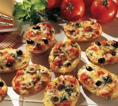 Pikante Kartoffelhälften mit einer Tomaten-Oliven Mischung und Gouda überbacken