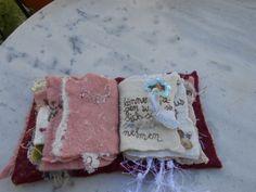 Autre page -une vraie feuille d'un livre a été feutrée dans 2 très fines couches de laine cardée- rebrodée au fil de soie - application de transferts sur coton rebrodés de min-paillettes- Petites ailes d'anges (rebrodées de paillettes) 3 D montées sur fil de cuivre