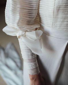 "Kiwo on Instagram: ""Lazos en las mangas 🖤 #novia #vestidodenovia #weddingdress #bride #bridedress #detalles #noviasconestilo #mangas"" Winter Wedding Inspiration, Leather, Instagram, Fashion, Hair Bows, Bridal Gowns, Sleeves, Boyfriends, Style"