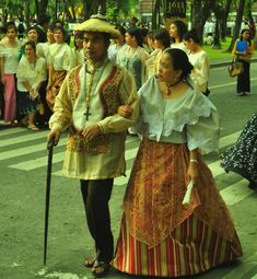 baro't saya is a traditional Filipino blouse and skirt ensemble. It originated in Spanish times, when native Philippine women were required to cover their upper torso. Throughout Spanish colonization this was the everyday attire of most Philippine women. Philippines Outfit, Philippines Culture, Philippines Fashion, Maria Clara Dress Philippines, Traditional Fashion, Traditional Dresses, Palawan, Cultura Filipina, Filipiniana Dress