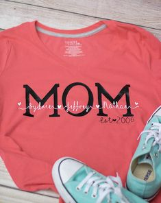 personalized newborn baby gifts Diy Gifts For Mom, Diy Baby Gifts, Newborn Baby Gifts, Boy Gifts, Craft Gifts, Mom Shirts, Kids Shirts, Cricut Tutorials, Cricut Ideas
