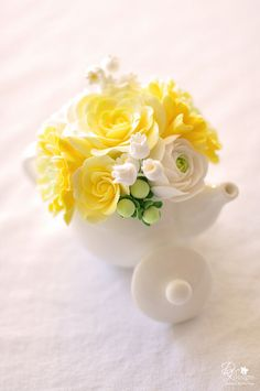 ivory and yellow sugar flowers for the cake
