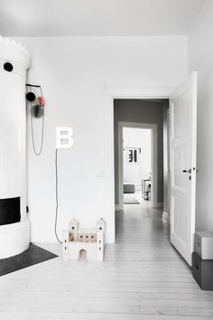Welcome to Bengt Ekemjelmsgatan 9 Style At Home, Modern Interior Design, Interior Architecture, Design Interiors, Little White House, White Apartment, Inside Home, Home Fashion, Eames