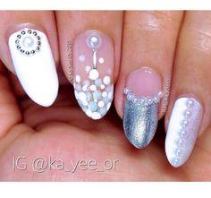 Pin for Later: Diese Nageldesigns lassen Perlenketten vor Neid erblassen Pearl Nail Art: Trendige Nageldesigns mit Perlen