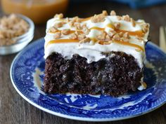 Find the best easy cake recipes, from dump cake to sheet cake and cakes that start with a box of cake mix. Sheet Cake Recipes, Cake Mix Recipes, Baking Recipes, Sheet Cakes, Keto Recipes, Köstliche Desserts, Delicious Desserts, Dessert Recipes, Dessert Dips